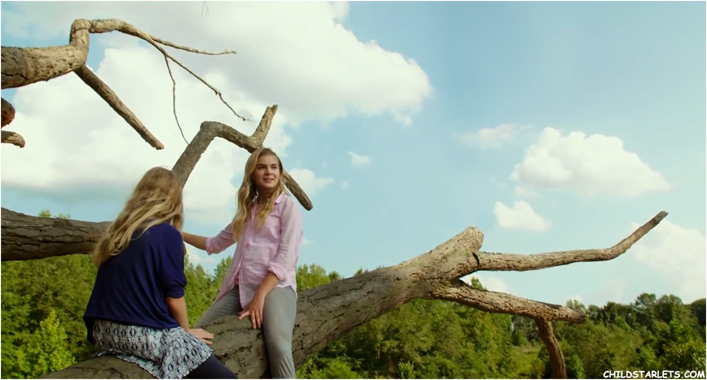 Brighton Sharbino and Kylie Rogers in Miracles From Heaven